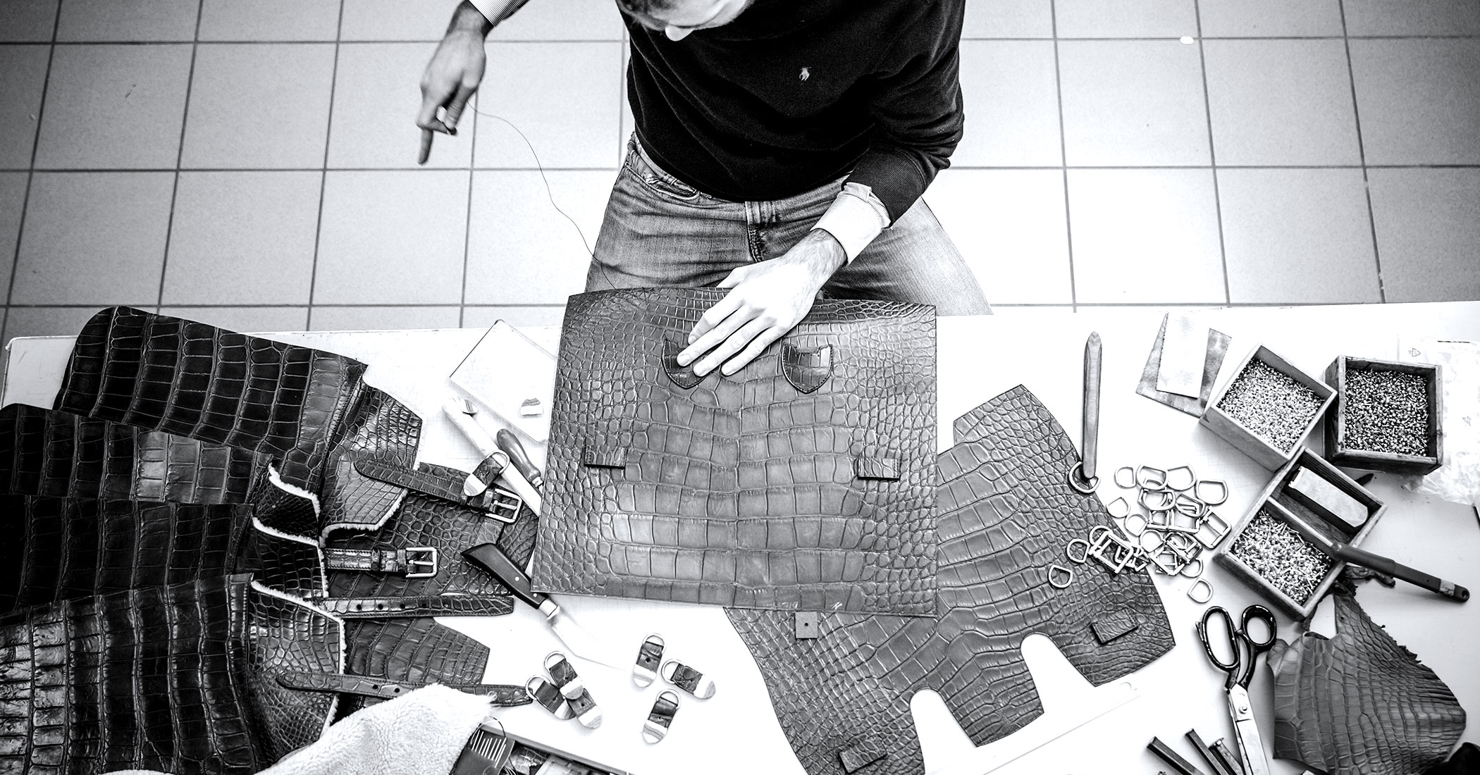 The manufacture of Bertoni 1949 handcrafted leather bags