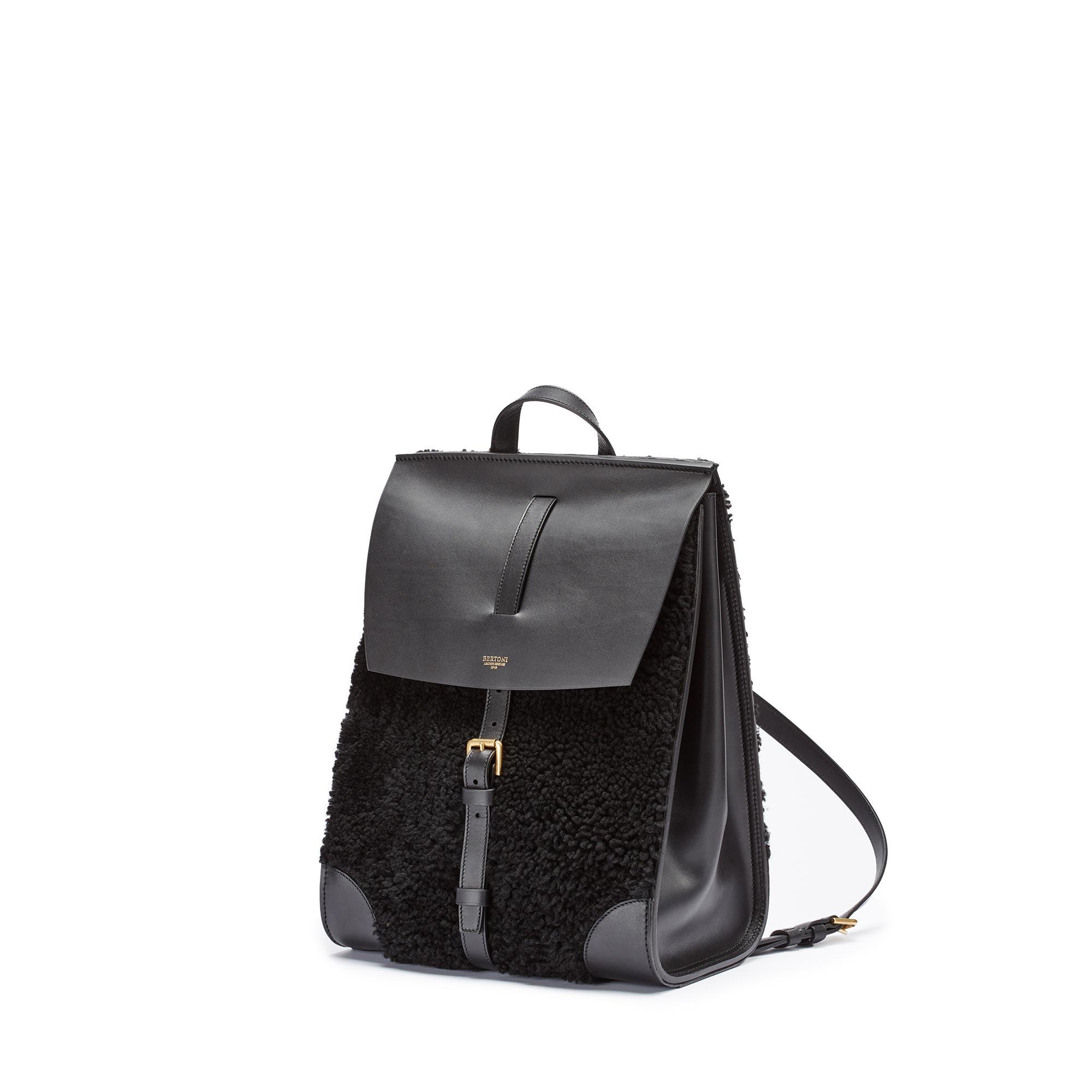 Julia-black-shearling-backpack-Bertoni-1949_01